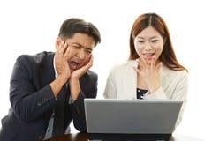 Homme d'affaires et femmes d'affaires à l'aide de l'ordinateur portable Images stock