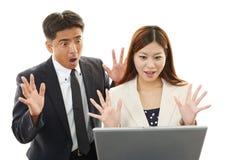 Homme d'affaires et femmes d'affaires à l'aide de l'ordinateur portable Image stock