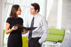 Homme d'affaires et femmes d'affaires ayant le contact dans le bureau Photo libre de droits