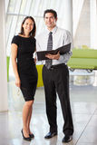 Homme d'affaires et femmes d'affaires ayant le contact dans le bureau Photos libres de droits