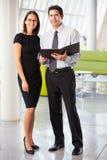Homme d'affaires et femmes d'affaires ayant le contact dans le bureau Image libre de droits