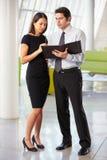Homme d'affaires et femmes d'affaires ayant le contact dans le bureau Images stock