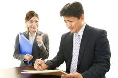 Homme d'affaires et femmes d'affaires de sourire Image libre de droits