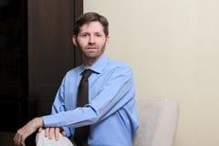 Homme d'affaires et homme occasionnel de nouveau au dos Photo stock