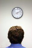 Homme d'affaires et horloge Images stock