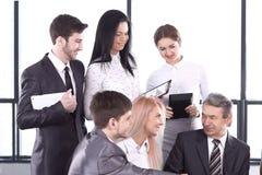 Homme d'affaires et ?quipe d'affaires discutant la nouvelle information image libre de droits