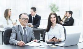 Homme d'affaires et ?quipe d'affaires sur le lieu de travail images libres de droits