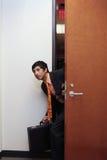 Homme d'affaires et sa serviette image stock