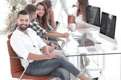 Homme d'affaires et son fonctionnement créatif d'équipe image stock