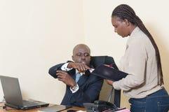 Homme d'affaires et son secrétaire Photographie stock libre de droits