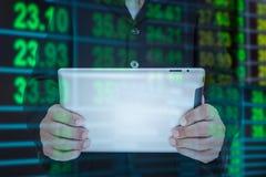 Homme d'affaires et téléphone intelligent à disposition avec la tache floue de taux de change de retour Photographie stock libre de droits