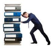 Homme d'affaires et une pile de dossiers de bureau, concept images stock