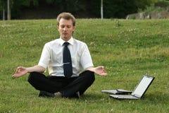Homme d'affaires et yoga Images stock