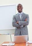 Homme d'affaires ethnique avec les bras pliés photo stock