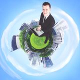 Homme d'affaires européen avec l'ordinateur portable dans la ville 3d Image libre de droits