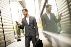 Homme d'affaires exécutif de jeune homme réussi utilisant son cel mobile image libre de droits