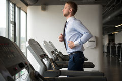 Homme d'affaires Exercising In Gym images stock