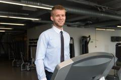 Homme d'affaires Exercising On un tapis roulant photo libre de droits