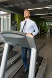 Homme d'affaires Exercising On un tapis roulant image stock