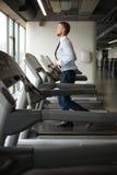 Homme d'affaires Exercising On un tapis roulant photo stock