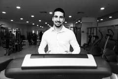 Homme d'affaires Exercising On un tapis roulant images libres de droits