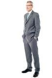 Homme d'affaires expérimenté avec des mains dans des poches Photographie stock libre de droits