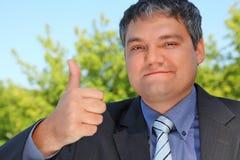 Homme d'affaires extérieur en été avec le geste en bon état Photos stock