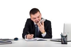 Homme d'affaires fâché avec des cris de smartphone d'isolement sur le fond blanc Photos libres de droits
