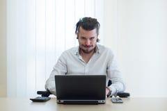 Homme d'affaires fâché avec l'ordinateur portatif Photo libre de droits