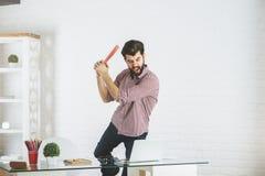 Homme d'affaires fâché cassant l'ordinateur portable Photos libres de droits