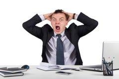 Homme d'affaires fâché criant dans le bureau d'isolement sur le fond blanc Images libres de droits