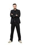 Homme d'affaires fâché dans le costume et espadrilles avec les bras croisés Photos libres de droits