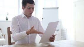 Homme d'affaires fâché de renversement Reading Documents et réaction à la perte banque de vidéos