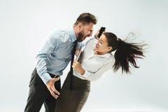 Homme d'affaires fâché et son collègue dans le bureau Image libre de droits