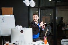 Homme d'affaires fâché nerveux d'employé de bureau de papier bouleversé de jet au bureau Photographie stock libre de droits