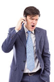 Homme d'affaires fâché parlant du téléphone portable et des cris Images stock