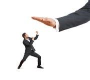 Homme d'affaires fâché sous la grande paume Images stock