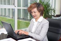 Homme d'affaires féminin asiatique Image stock