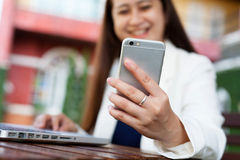 Homme d'affaires féminin regardant le téléphone portable Photos stock