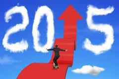 Homme d'affaires faisant de la planche à roulettes sur le chemin ascendant de flèche avec 2015 nuages Photos libres de droits