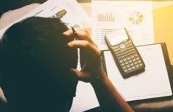 Homme d'affaires faisant des finances et le mal de tête au sujet du coût de problème image libre de droits