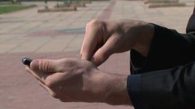 Homme d'affaires faisant des gestes sur le smartphone d'écran tactile dedans banque de vidéos