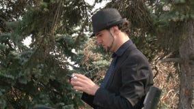 Homme d'affaires faisant des gestes sur le smartphone d'écran tactile en parc banque de vidéos