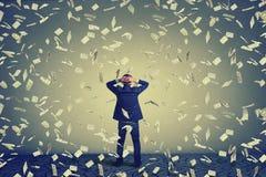 Homme d'affaires faisant face au mur sous la pluie d'argent Photo libre de droits
