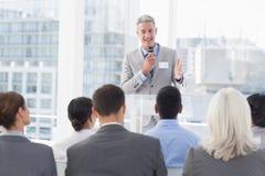 Homme d'affaires faisant la parole au cours de la réunion photos stock
