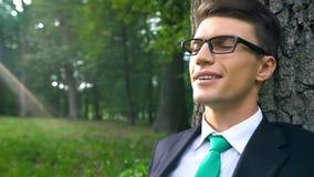 Homme d'affaires faisant la pause au travail, appréciant l'air frais en parc, respiration saine photographie stock