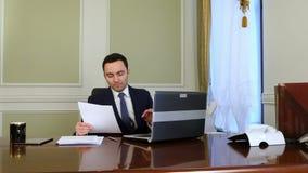 Homme d'affaires faisant la réunion et la vidéoconférence en ligne clips vidéos