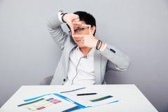 Homme d'affaires faisant le cadre avec des doigts Photographie stock libre de droits