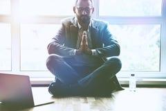 homme d'affaires faisant le yoga dans la pose de lotus au bureau image libre de droits