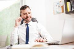 Homme d'affaires faisant quelques ventes au-dessus du téléphone image stock